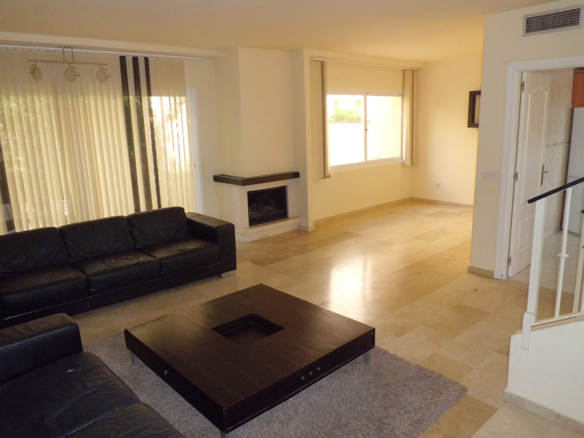 A well located 3 bed 3 bath town house on this popular gated community, close to all amenities. Offe, Spain