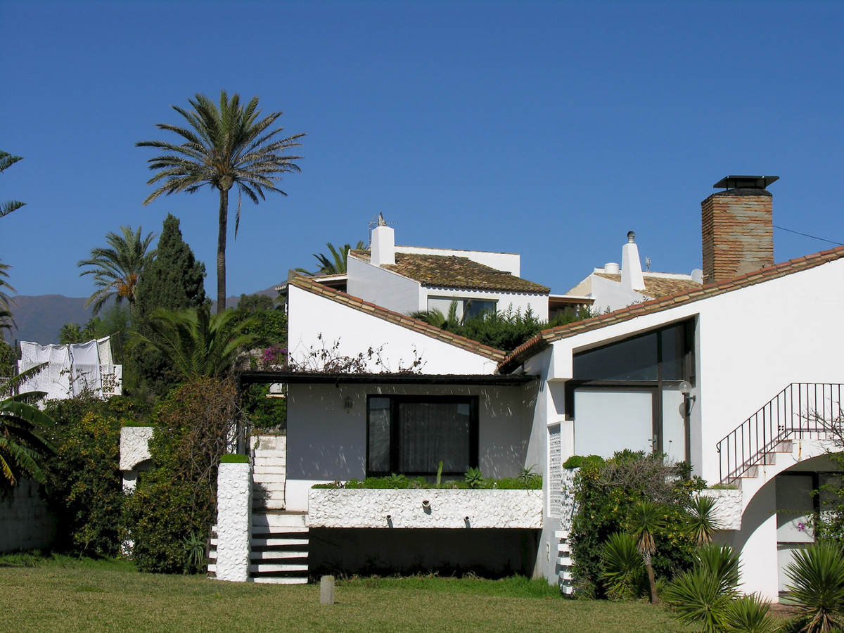 CHARMING TOWNHOUSE IN UPWARD MARKET AREA OF ESTEPONA This pleasant townhouse is located in one of Es, Spain