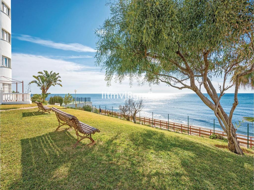 LOCATION!  KEYS AT THE OFFICE! CALAHONDA, BEACH FRONT  Apartment situated just a few steps (20meters, Spain