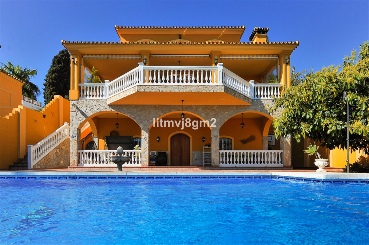 Fantastic Detached villa Located in Mijas Costa, within just a 5 minute drive from Fuengirola center,Spain