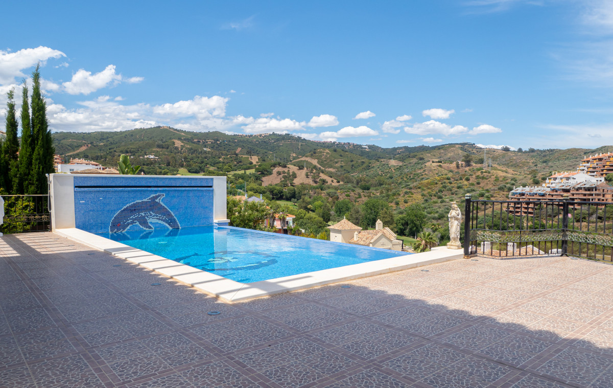High quality four bedrooms villa located in the neighborhood of the Santa Maria Golf in Elviria and , Spain
