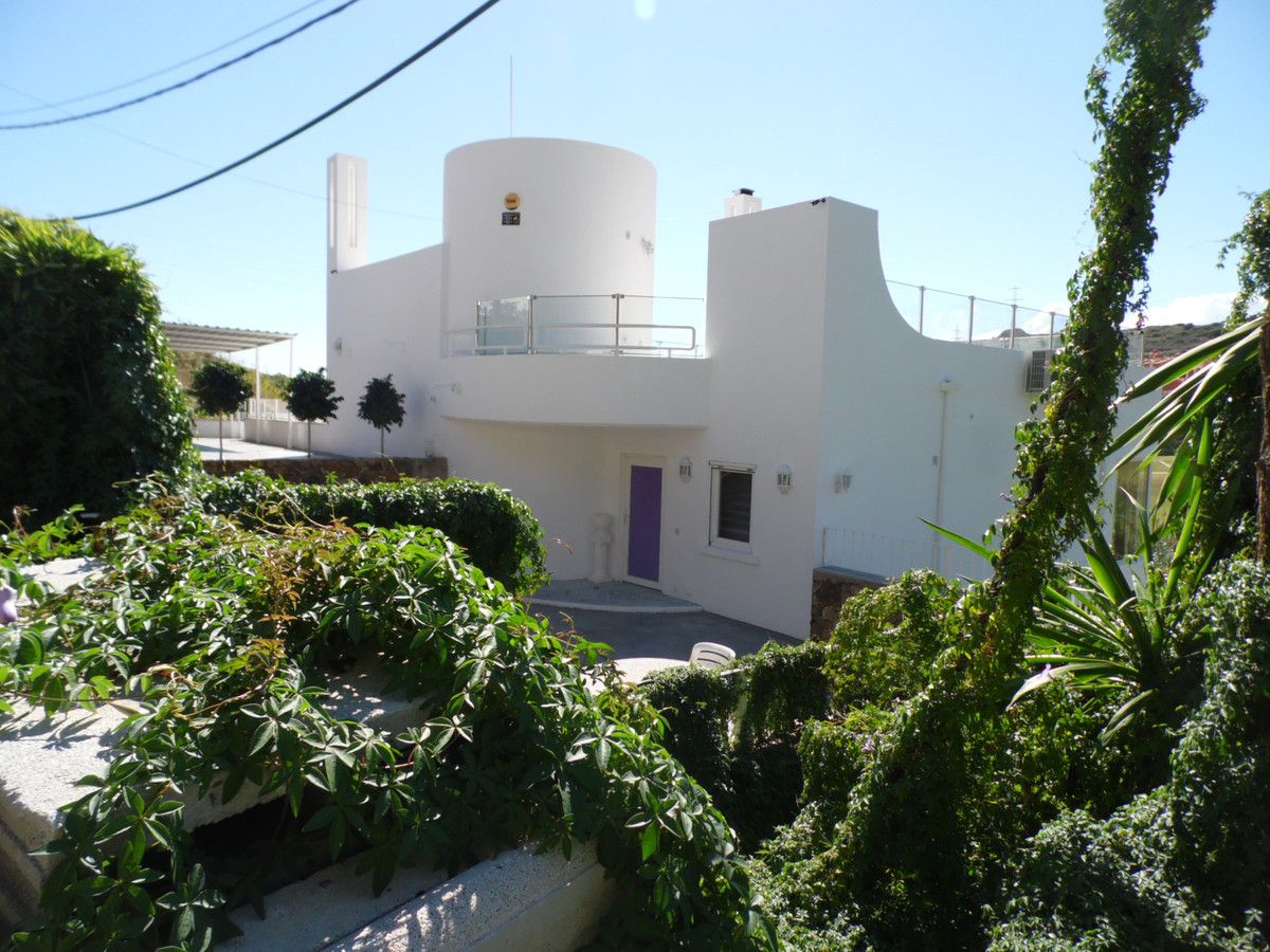 A strikingly unique 'art-deco' style detached villa, situated just 5 minutes from Estepona,Spain