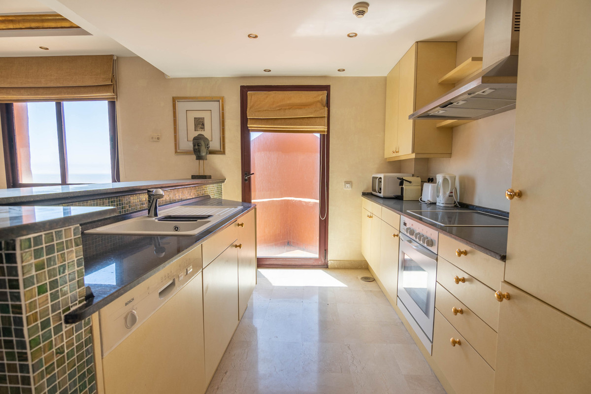 R3859282   Middle Floor Apartment in Estepona – € 895,000 – 2 beds, 2 baths