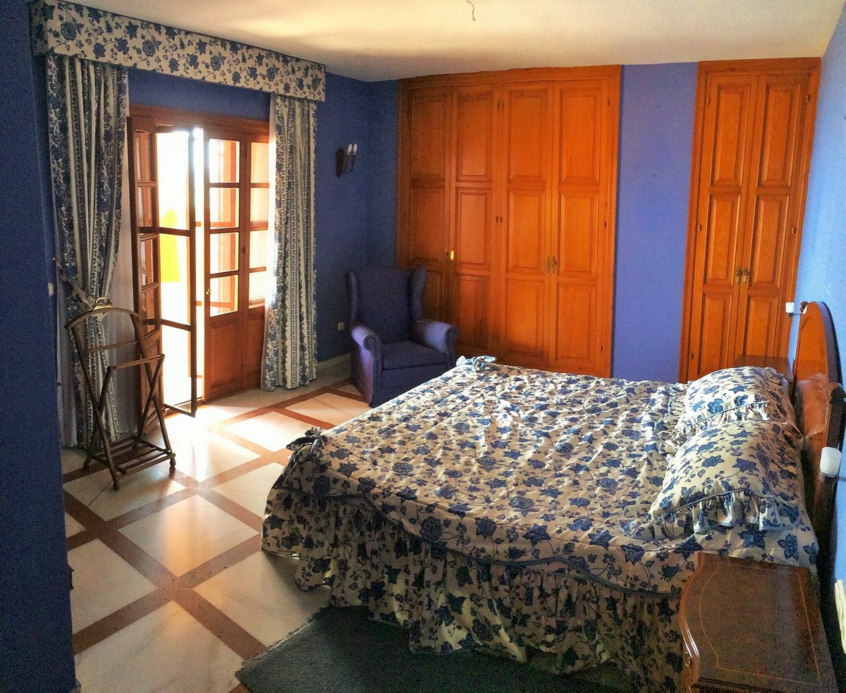 R2702894   Detached Villa in Estepona – € 1,600,000 – 5 beds, 3 baths