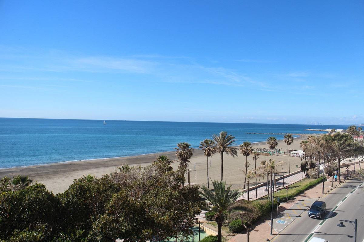 Located in one of the most well built buildings on Estepona´s seafront promenade, this three bedroom,Spain