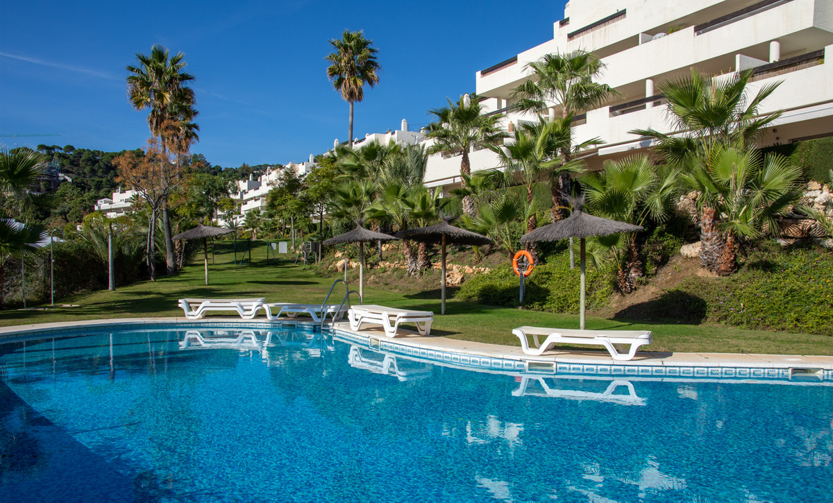Beautiful 3 bedroom big and sunny penthouse for sale in Benahavias. The exclusive development La Aza Spain