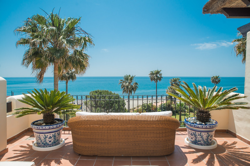 Fantastic and spacious duplex penthouse on the beachfront with panoramic views of the sea and Gibral,Spain