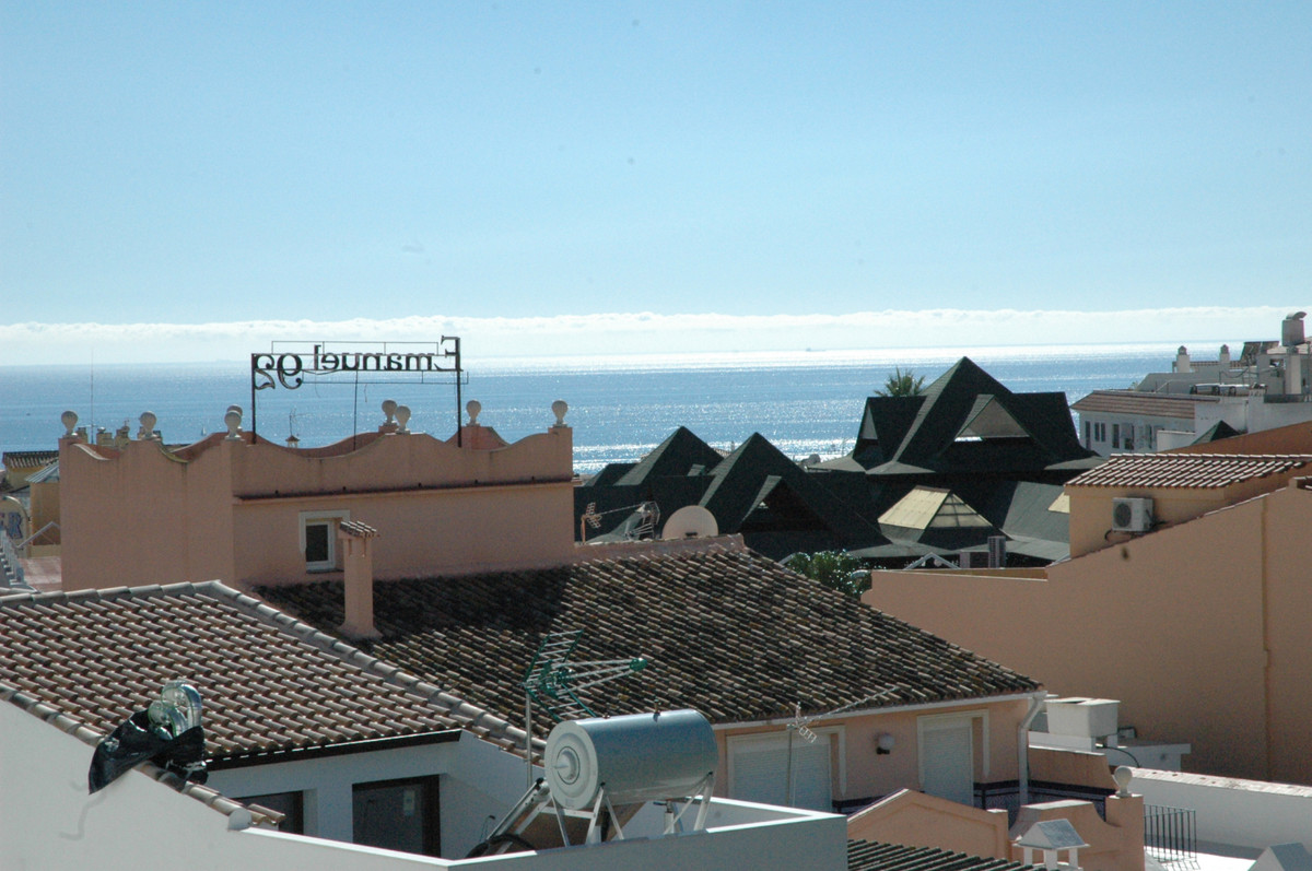 A stunning and cozy penthouse apartment with 3 bedrooms, garage and sea views right in the center of, Spain