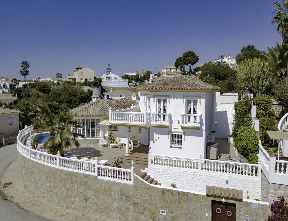A stunning, spacious and charming 4 bedroom villa with panoramic sea views in Riviera del Sol. This , Spain