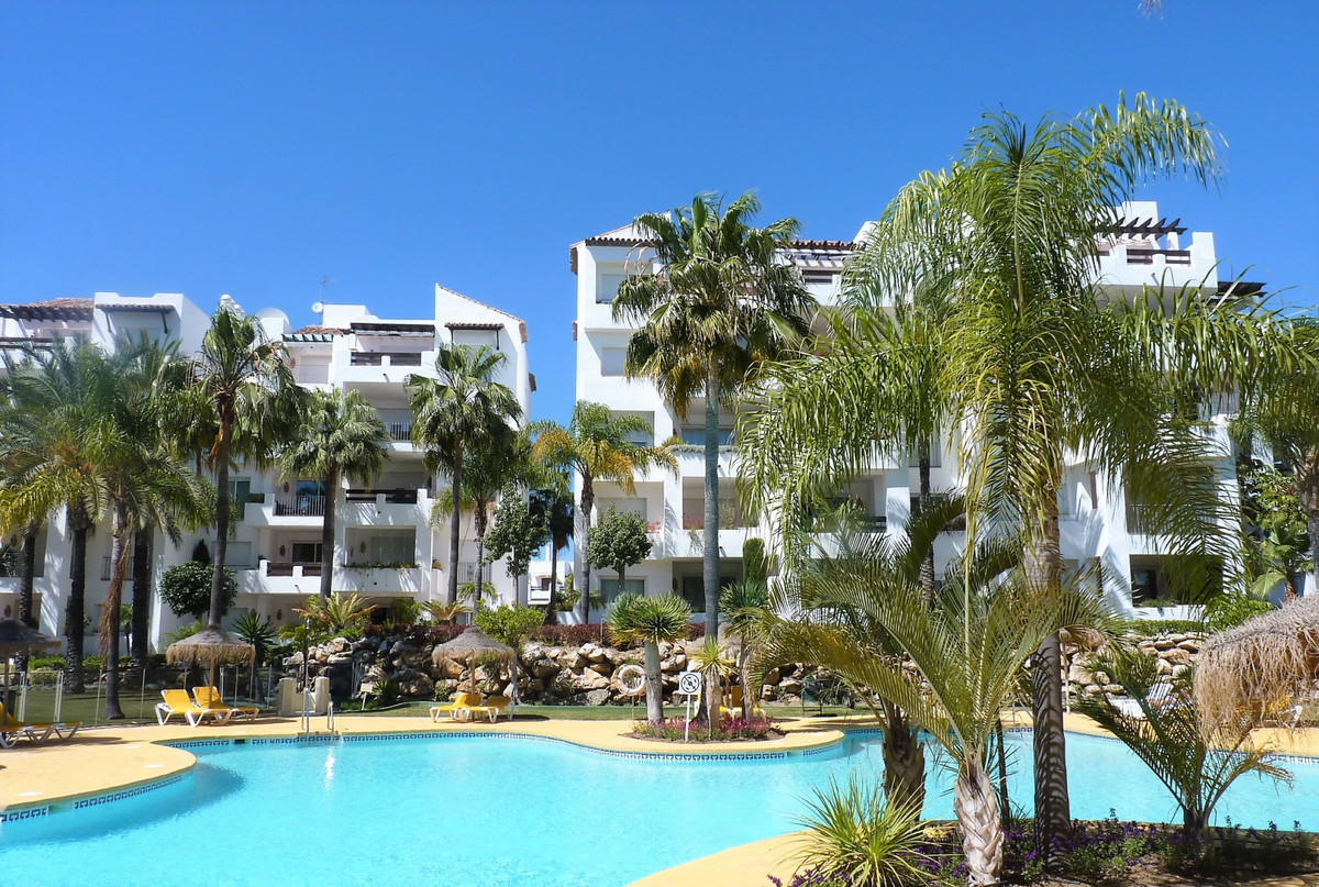 This is a very spacious 3 bedroom garden apartment in the fabulous frontline beach complex of Costal,Spain
