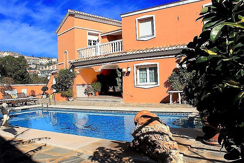 Large villa, located in Benalmadena coast (arroyo de la Miel, near everything, on a main avenue step, Spain