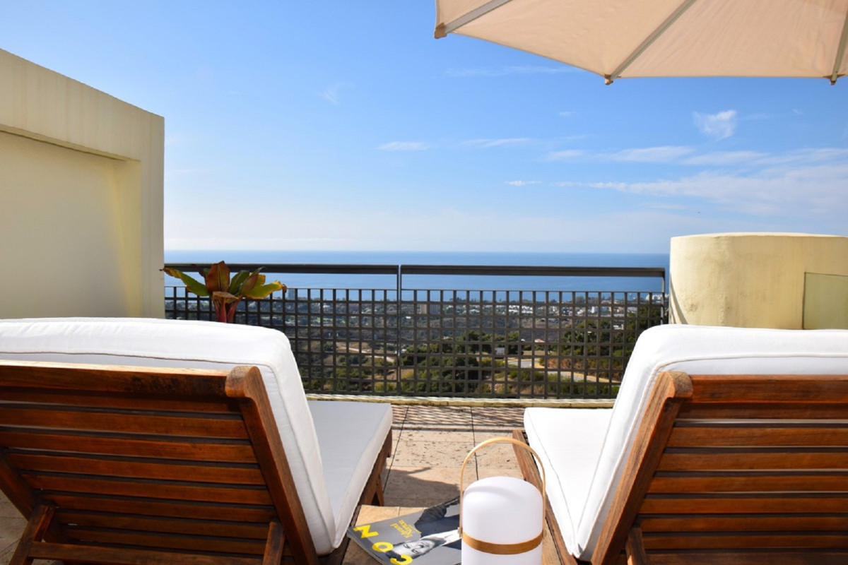Magnificent, luxury apartment with panoramic sea views. Located in the sought after Los Monteros Hil,Spain
