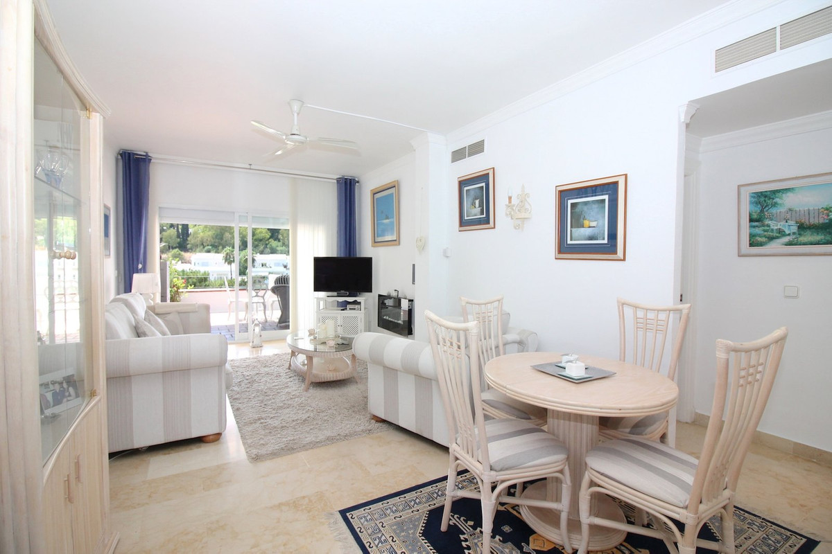 This 2 bedroom first floor apartment is located in a gated community with beautiful communal gardens, Spain