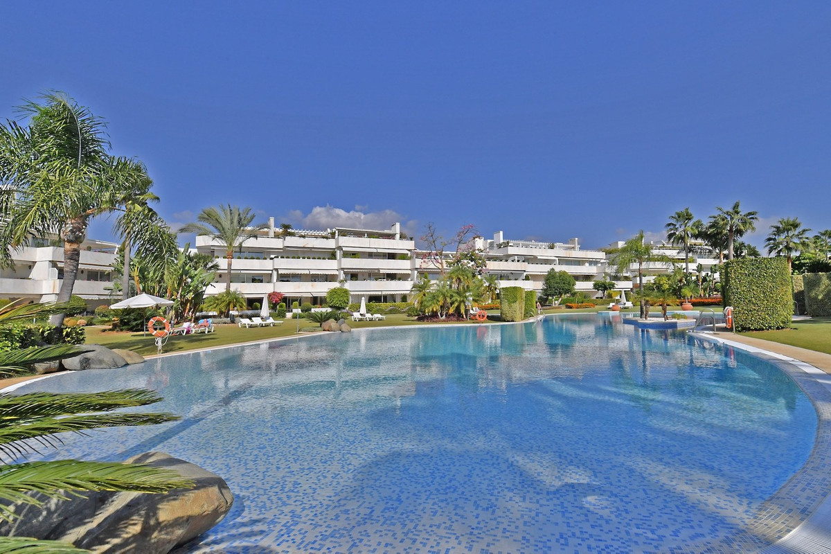 Very spacious apartment located in Los Granados Golf, a gated community with private entrance to the,Spain