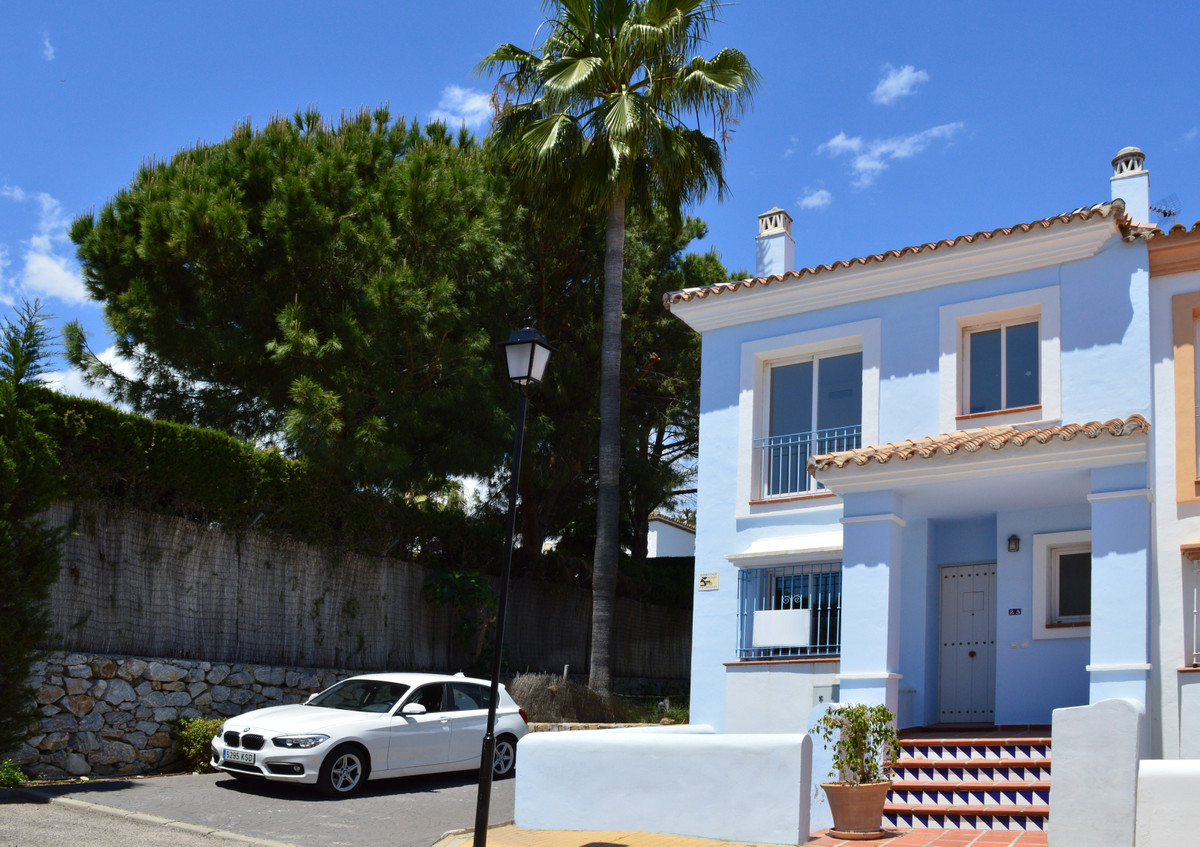 LOCATION LOCATION LOCATION  Aloha Lake Village A good opportunity to buy this Charming townhouse wit Spain