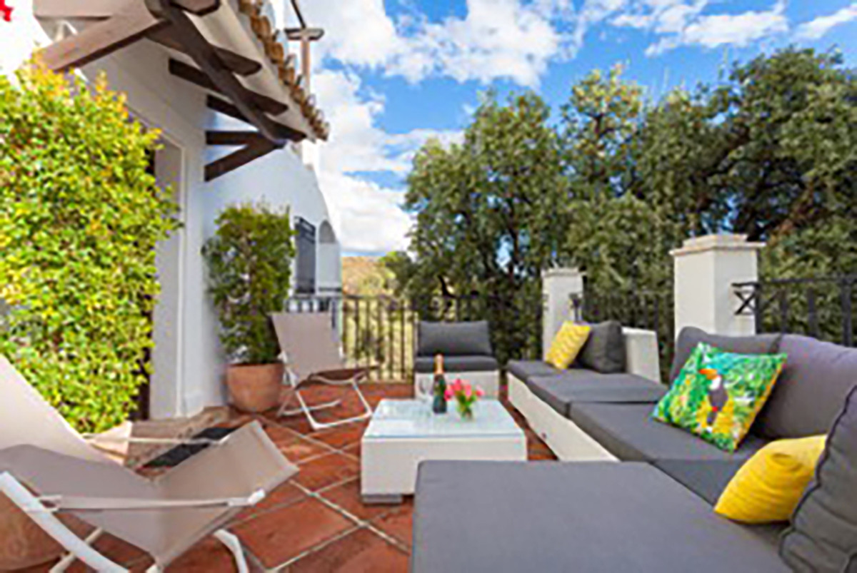If you are looking for an apartment located about 10 minutes drive to the center of Marbella with am,Spain
