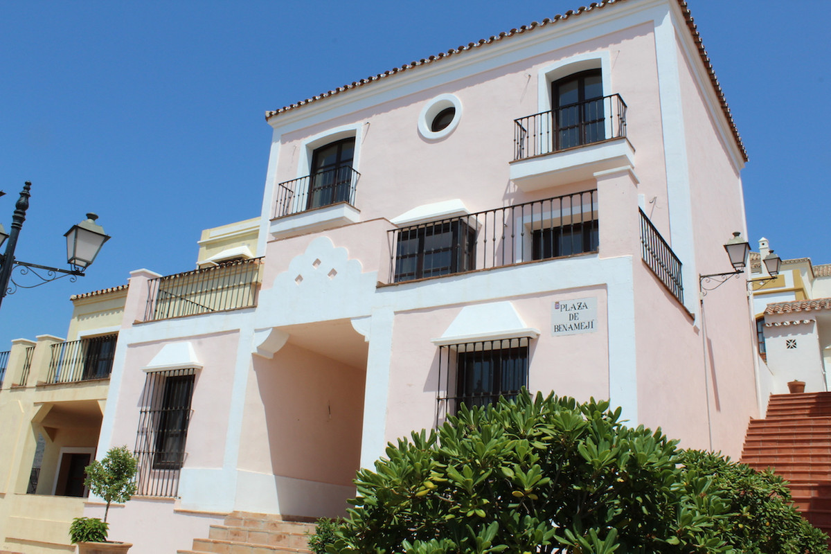 This spacious townhouse  for sale is located in a beautiful Estate. Entrance at living room level yo,Spain