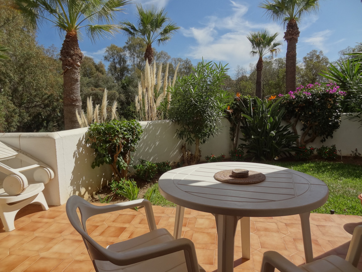 Located in the highly sought-after and beautiful Green Zone urbanization of Jardines de Calahonda, t,Spain