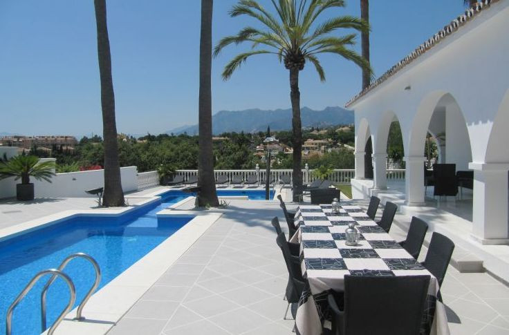 PRICE REDUCED FROM €1.850.000 !! This luxurious and modern villa is situated in West Elviria, approx,Spain