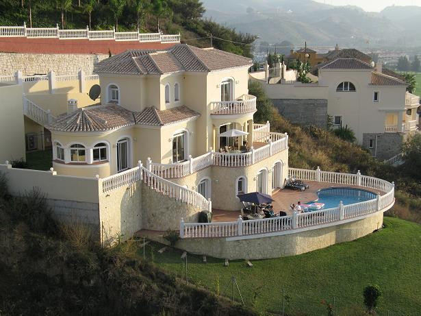 PRICE REDUCTION!! A fantastic state-of-the-art villa overlooking the golf course fairway. Built to t,Spain