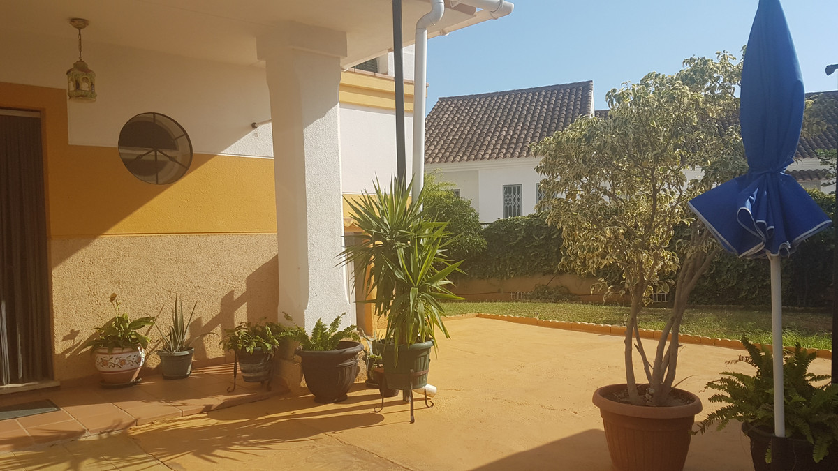 Great semi-detached house just 5 minutes drive from the center of Marbella. Inside a closed urbaniza,Spain