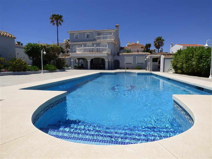 LOCATION BY THE SEA AND TOWN.   6-10 bedrooms villa.  Villa with a lot of possibilities. 3 min walk ,Spain