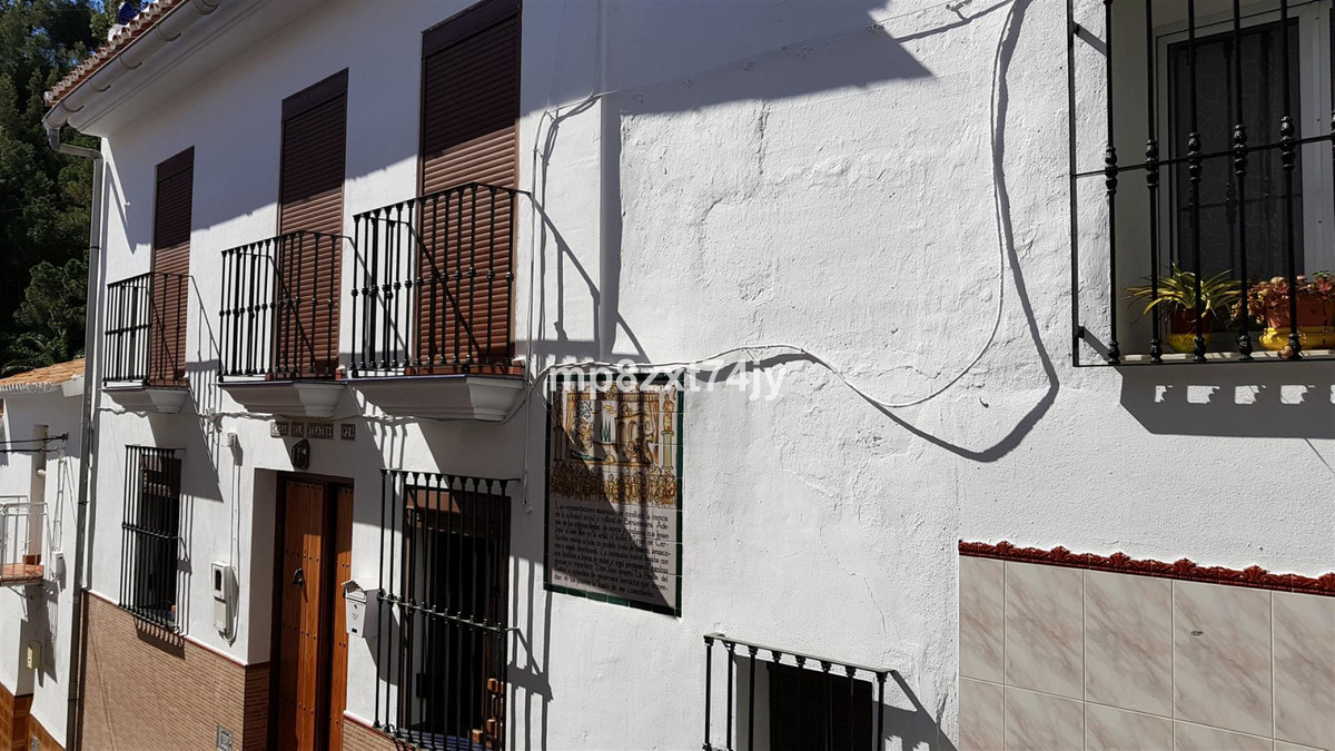 In the centre of the beautiful whitewashed village of Benamocarra sits this extensive 6 bedroomed 3 , Spain