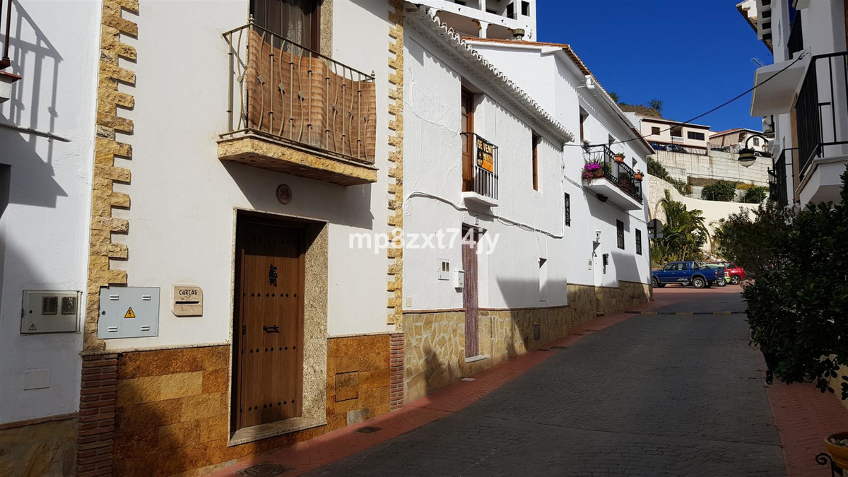 Located in the heart of the beautiful village of Vinuela this Townhouse is in the perfect location t, Spain