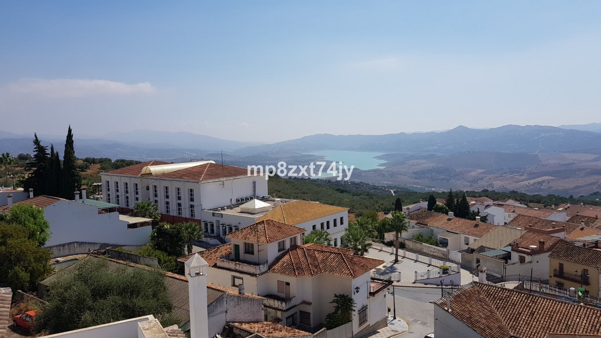 Set in the heart of the beautiful hilltop village of Periana  is this splendid Atico with 3 bedrooms,Spain