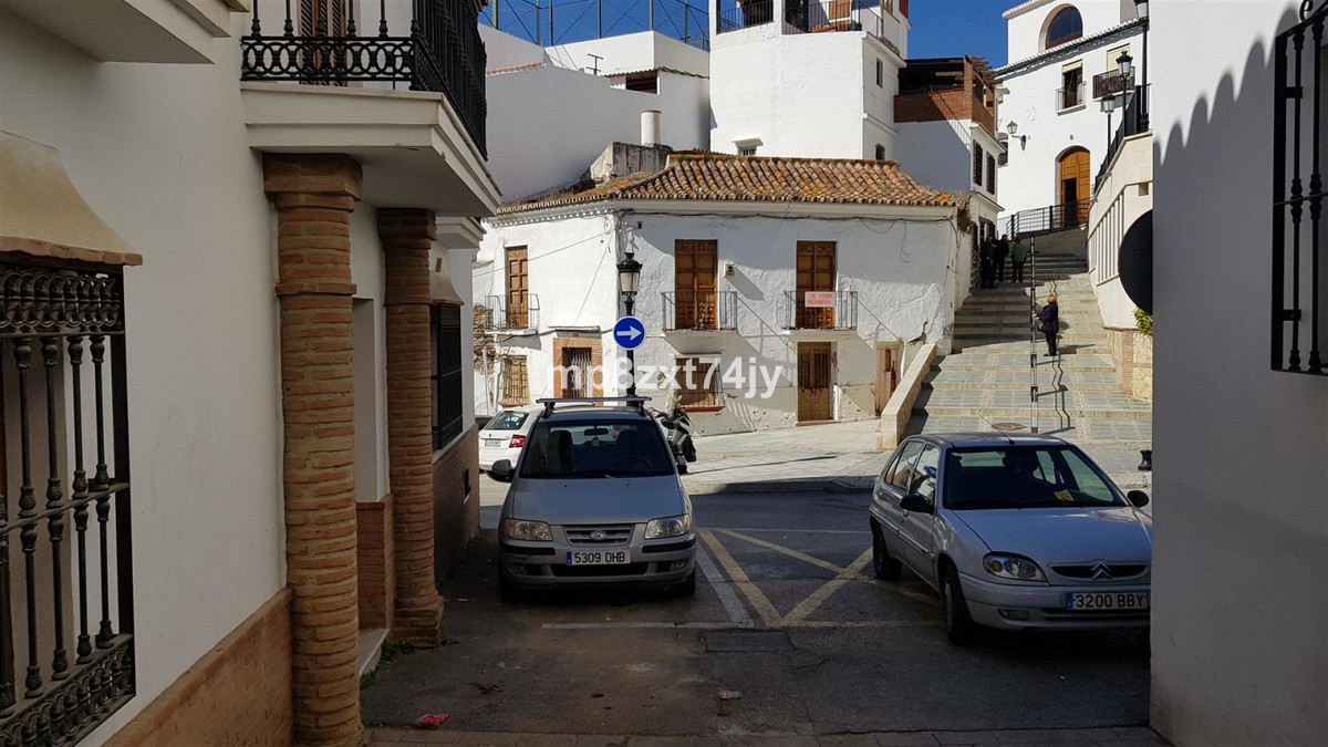 Looking for a project, This large 3 bed townhouse in the heart of Velez-Malaga is just that. Set in , Spain