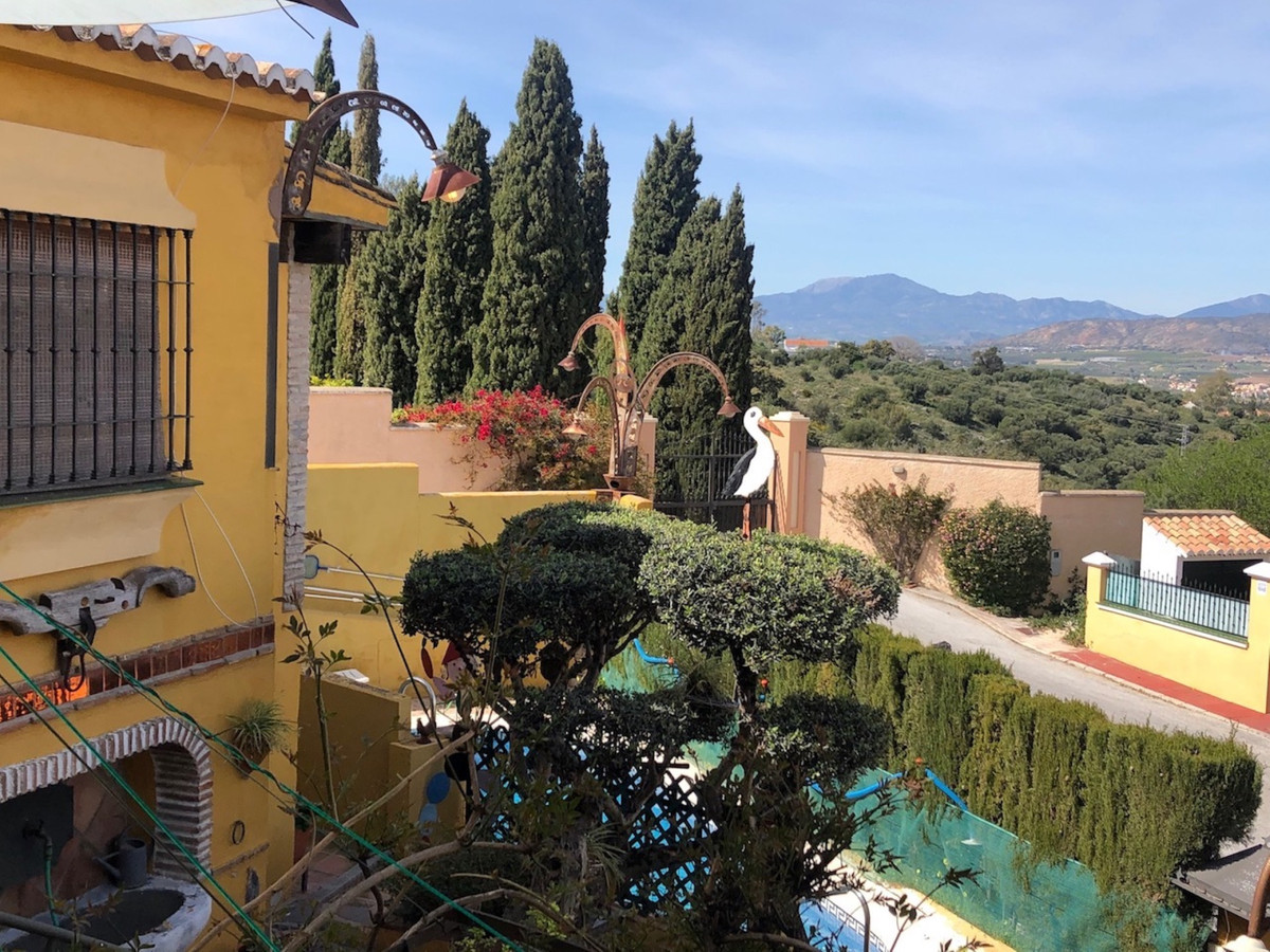 Unique Andalusian independent house with panoramic views of the sea, valley and Sierra Nevada This iSpain