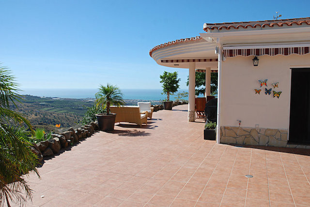 Luxurious one level residence with large plot, pool and lovely views of the coastline of Torre del M, Spain