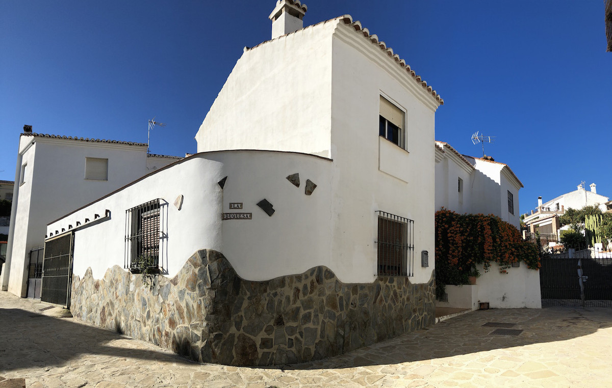Macharaviaya: Corner townhouse with terrace, patio and parking. Cozy village (rural) home, bright an, Spain