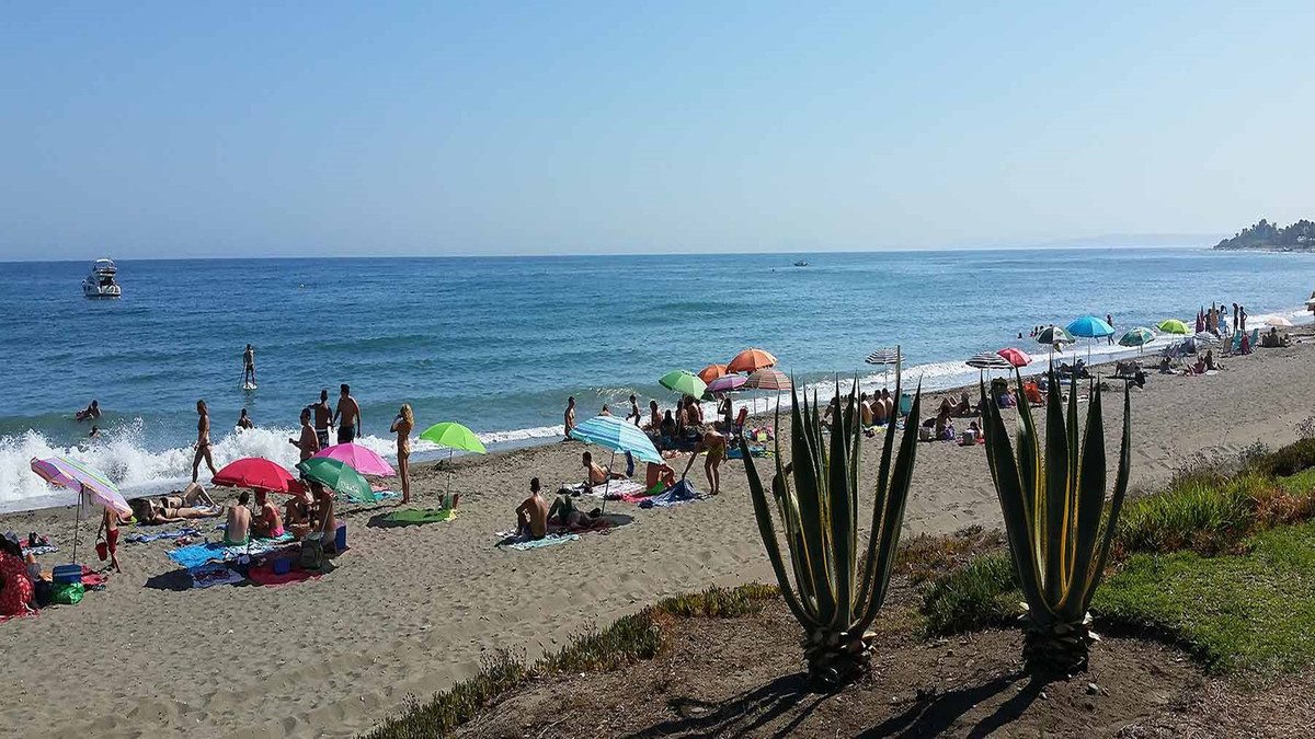 LOVELY 2 BED PENTHOUSE FRONTLINE BEACH IN THE NEW GOLDEN MILE – This unit is one of the best located, Spain