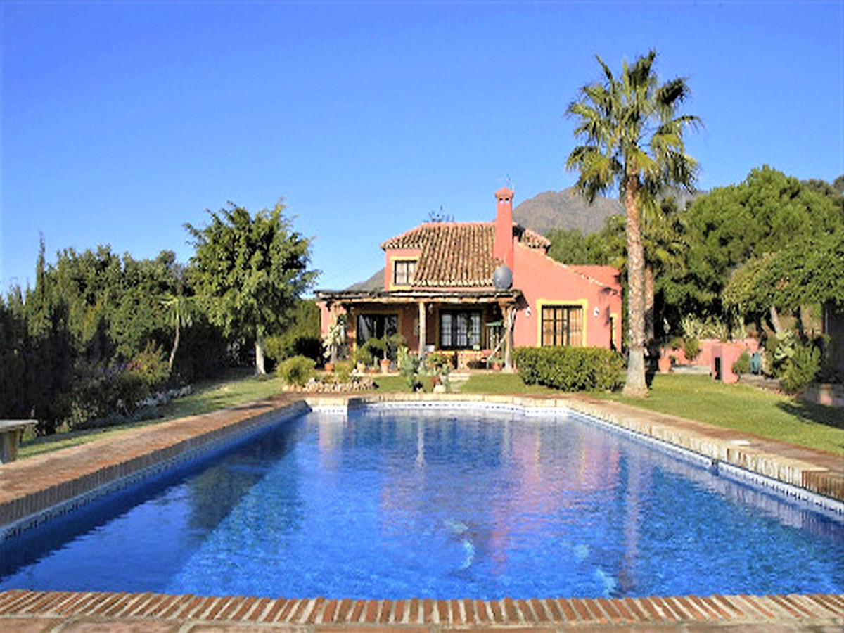 Enjoy country style living and 100% privacy within just a 5 minutes´ drive to the centre of Estepona, Spain