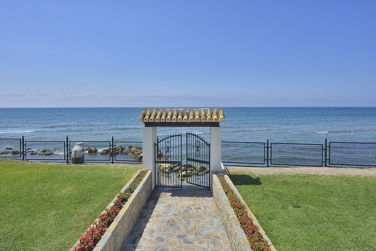 Magnificent front line beach refurbished apartment located in a private resort in Playa Real, just 9,Spain