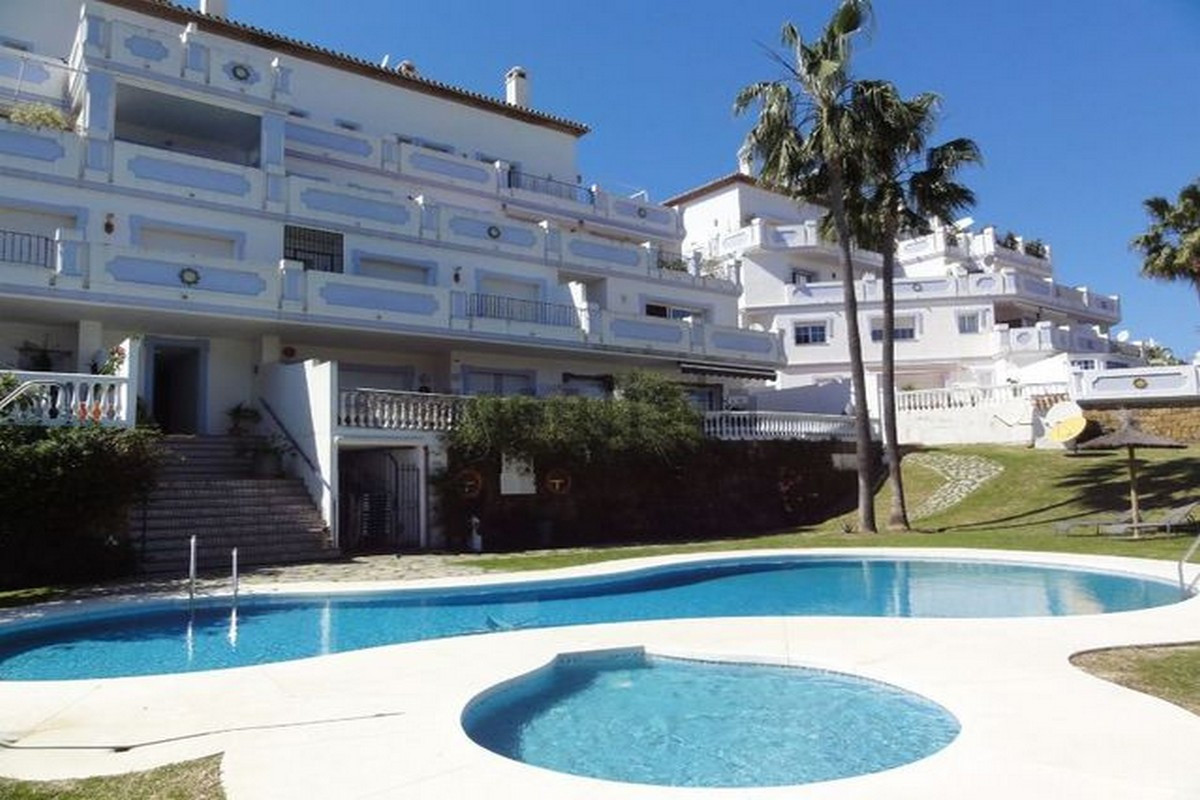 Beautiful apartment in Nueva Andalucia. Facing south, east and west this propertys was recently reno, Spain
