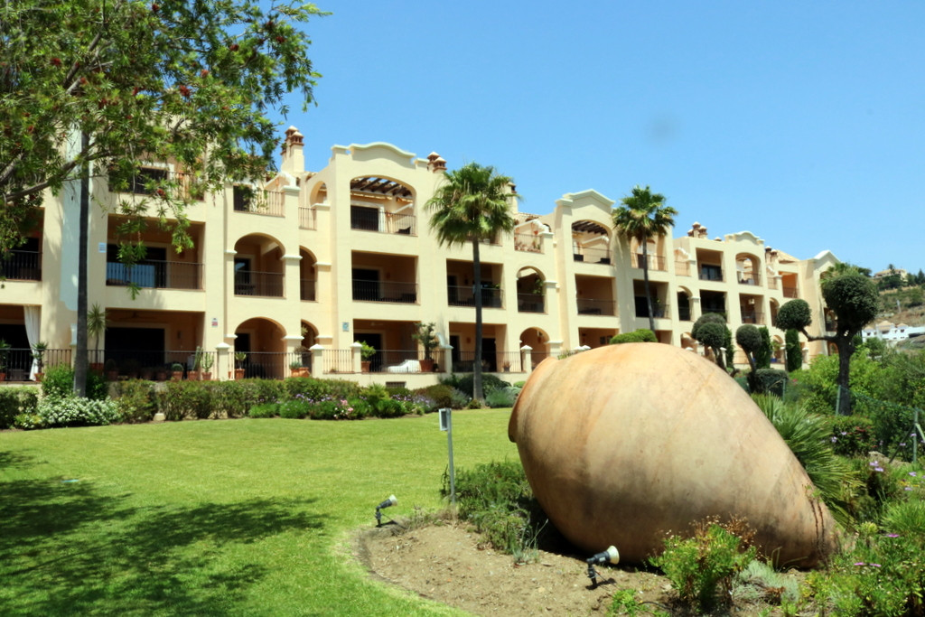 Possibly the best views and location from this 3 bedroom corner apartment in La Quinta, with luxury ,Spain