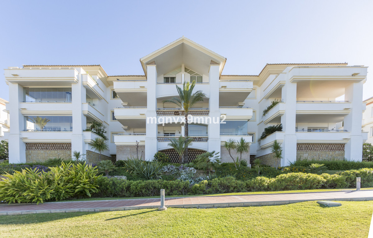 This beautiful front line golf apartment is all on one level with 3 bedrooms and 3 bathrooms. It is ,Spain