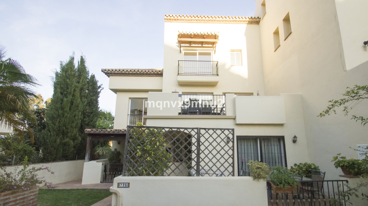 Situated in the increasingly popular area of Aloha Golf this spacious  and modern 4 bedroom townhous,Spain