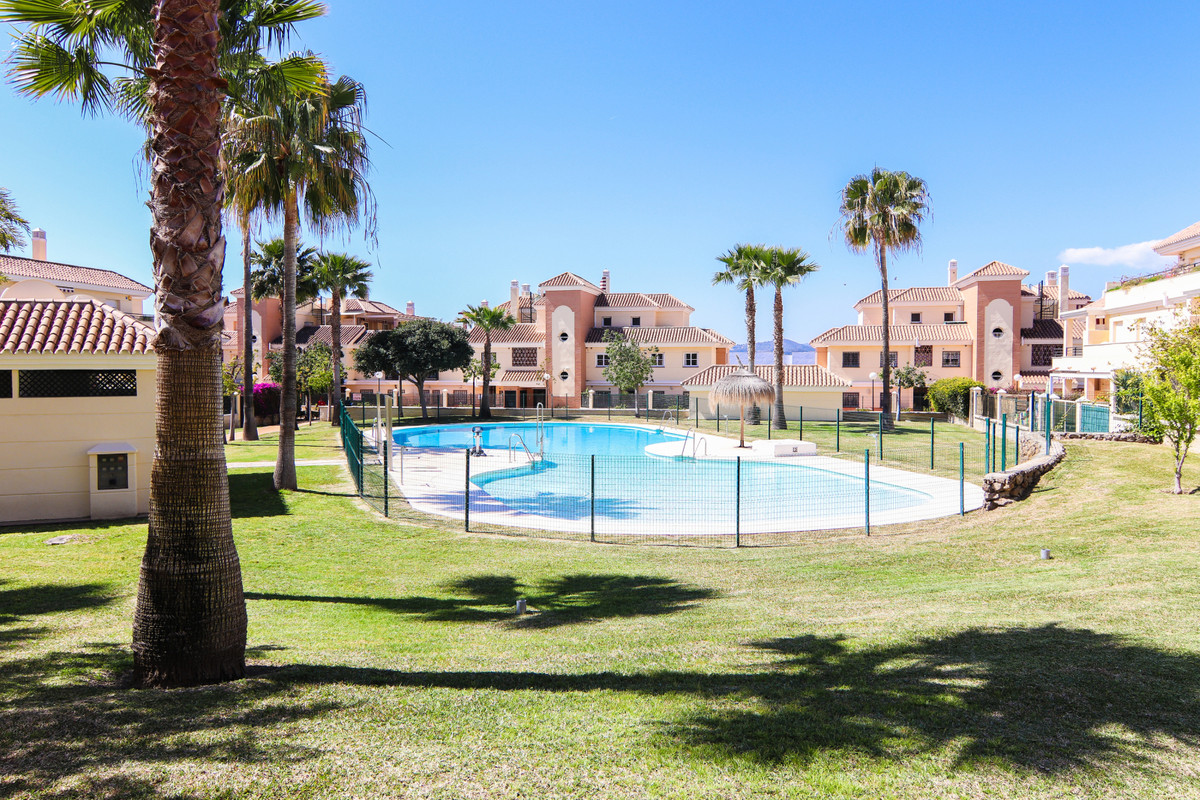 Nice apartment for sale on the ground floor in one of the best urbanizations in Bavaria Golf, with l,Spain