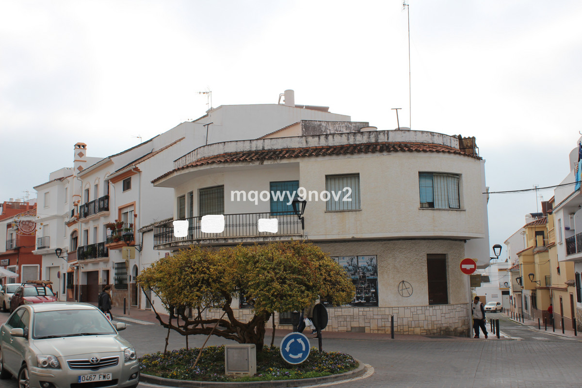 Very good investment object in the old town. The house consists of a business premises on the bottom, Spain