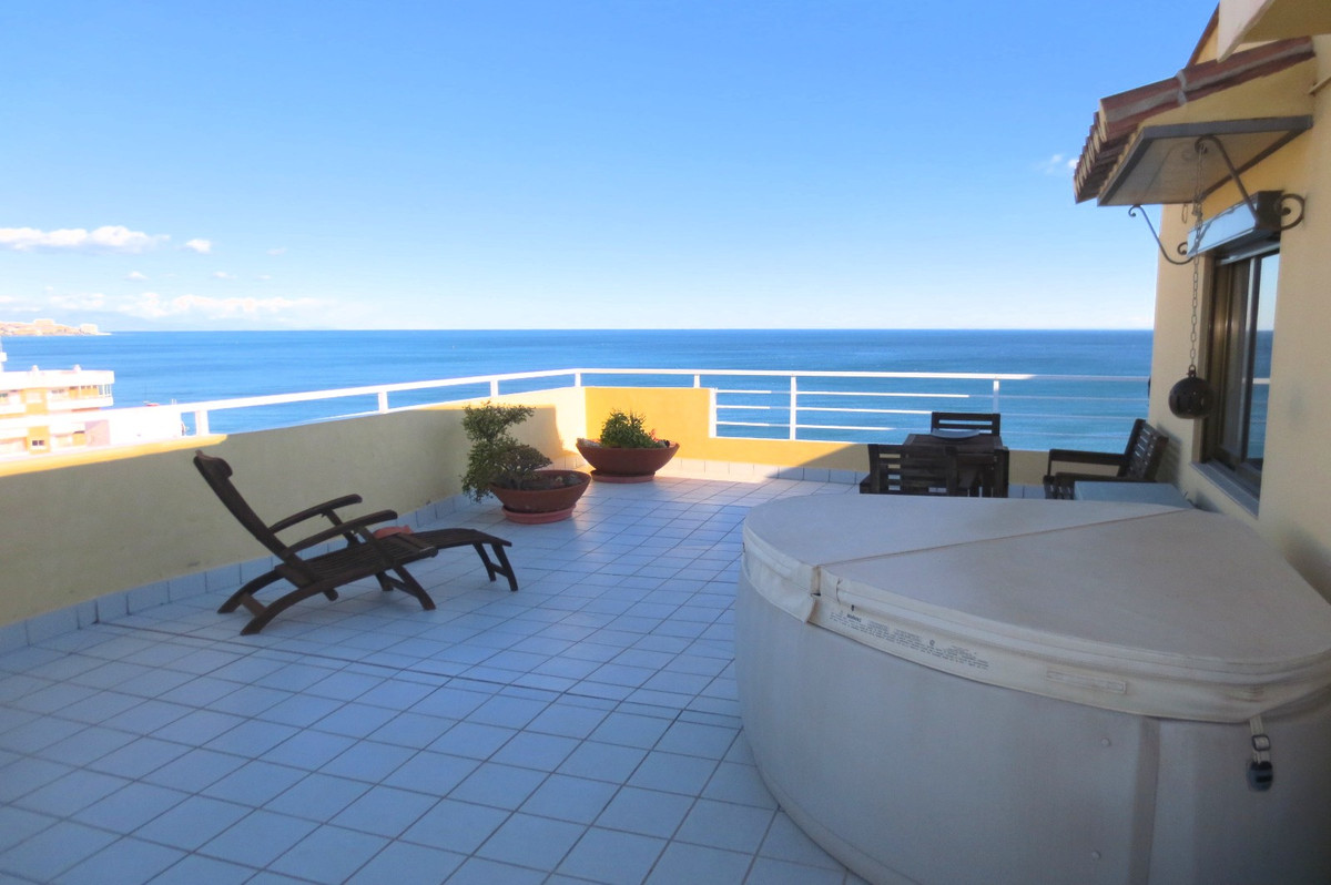 Fantastic penthouse on 1 level (the only one in the building) located on 2nd line beach in los bolic, Spain