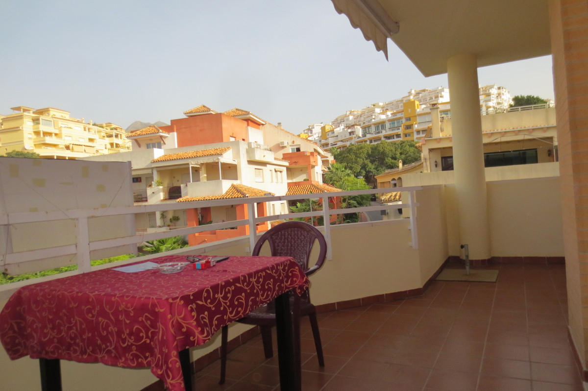 This well maintained penthouse is located in a highly popular area of Nueva Torrequebrada. Within wa, Spain