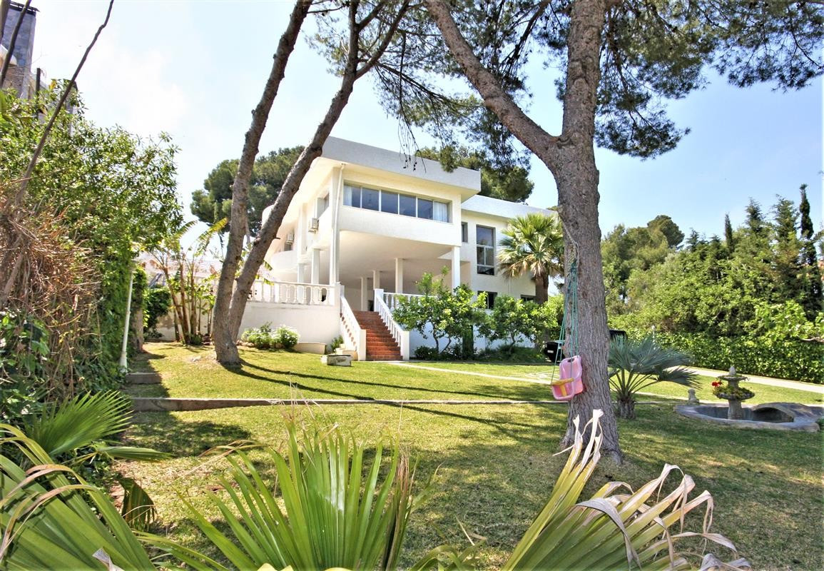 This villa offers an excellent refuge for those who wish to be close to everything. The property is , Spain