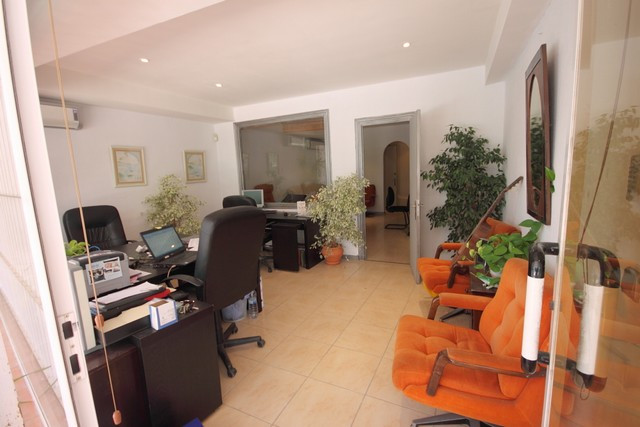 Commercial for sale in La Campana