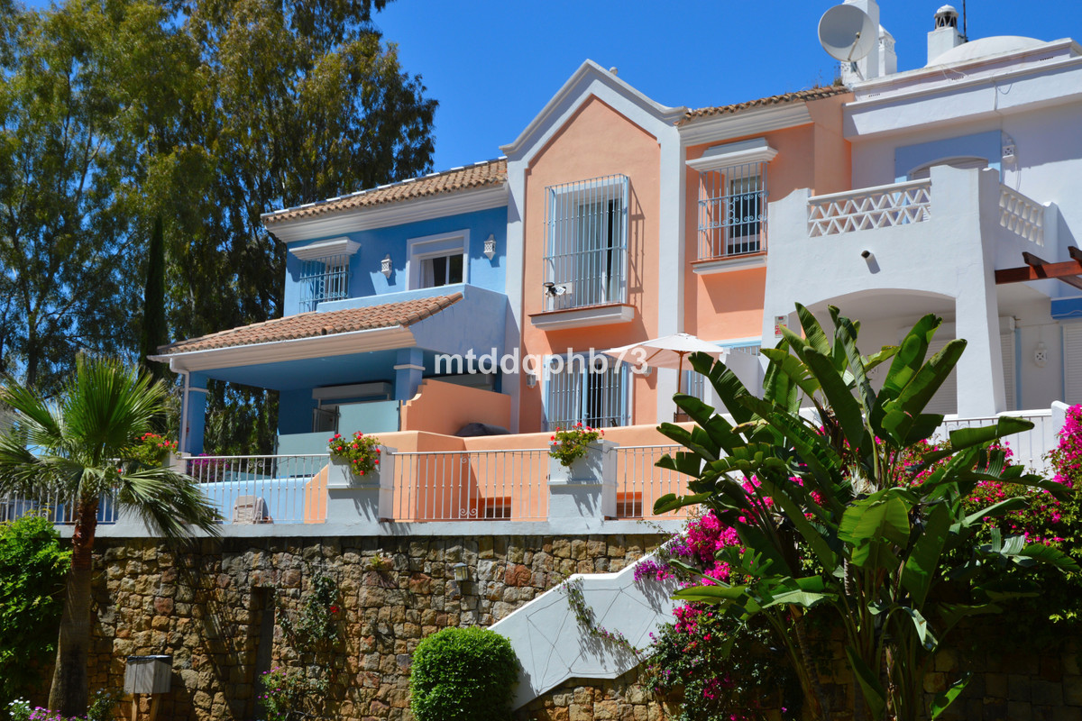 Spacious and modern townhouse located in a nice residential area of ??Nueva Andalucia between Aloha  Spain