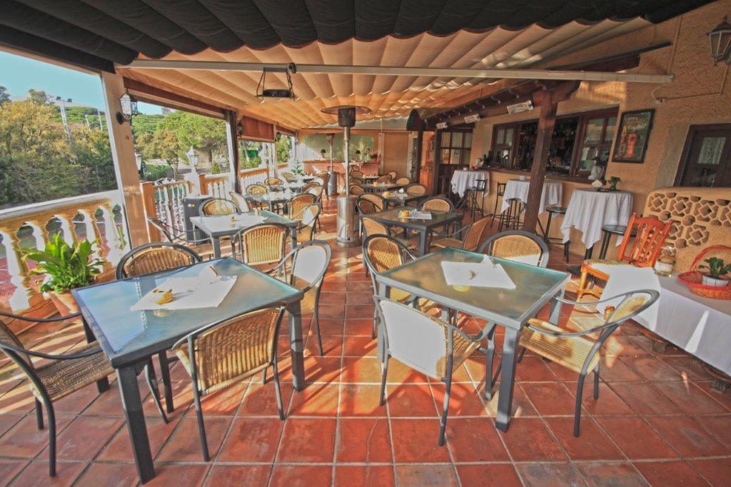 LEASEHOLD WITH OPTION TO BUY!  Excellent business opportunity, beach side Marbella East. Well establ,Spain