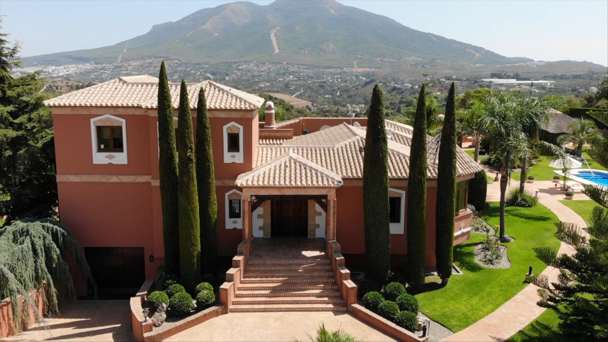 Unique opportunity to acquire a Luxury Mansion 20 minutes from Marbella and the airport. The propert,Spain