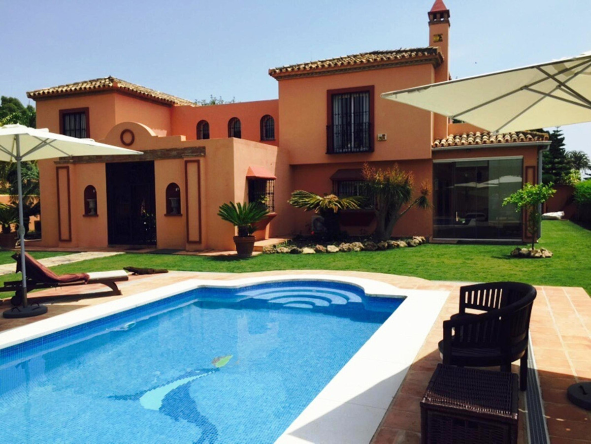 Fantastic 5 bedrooms - 3 bathrooms  + guest toilet villa only 200 mts from the beach in the Casasola, Spain